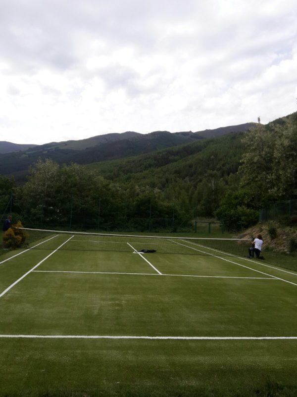 Тенис корт с изкуствена трева